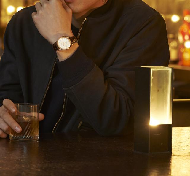 バーにゴールド三針、喫茶店にレトロ顔時計。【大人の時計作法入門(2)】