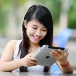 生徒全員にタブレット端末を配布し、デジタル時代にも対応する慶應幼稚舎の教育