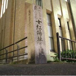 可動式モニターによる石碑のあおり撮影