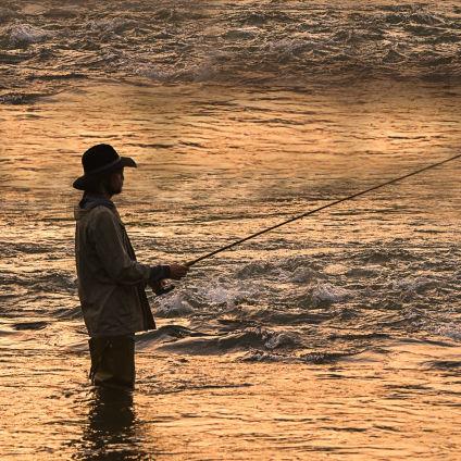 井伏鱒二と開高健 対照的な師匠と弟子の釣りを通じた交流