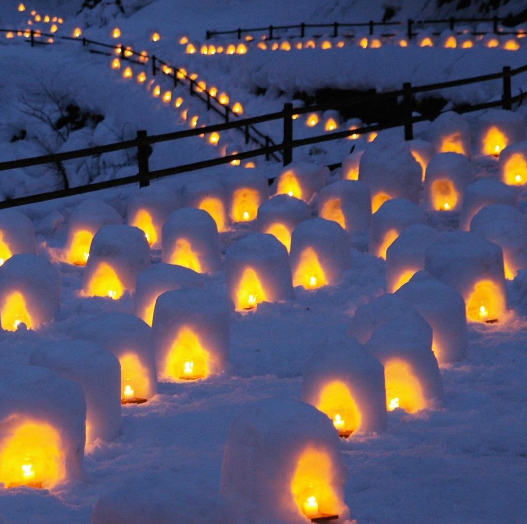 無数の「かまくら」輝く幻想的な夜!<br />日本夜景遺産認定「湯西川温泉 かまくら祭」