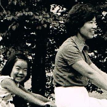 休日の家族連れを直視できない女性。押された「不可」という小さなハンコ