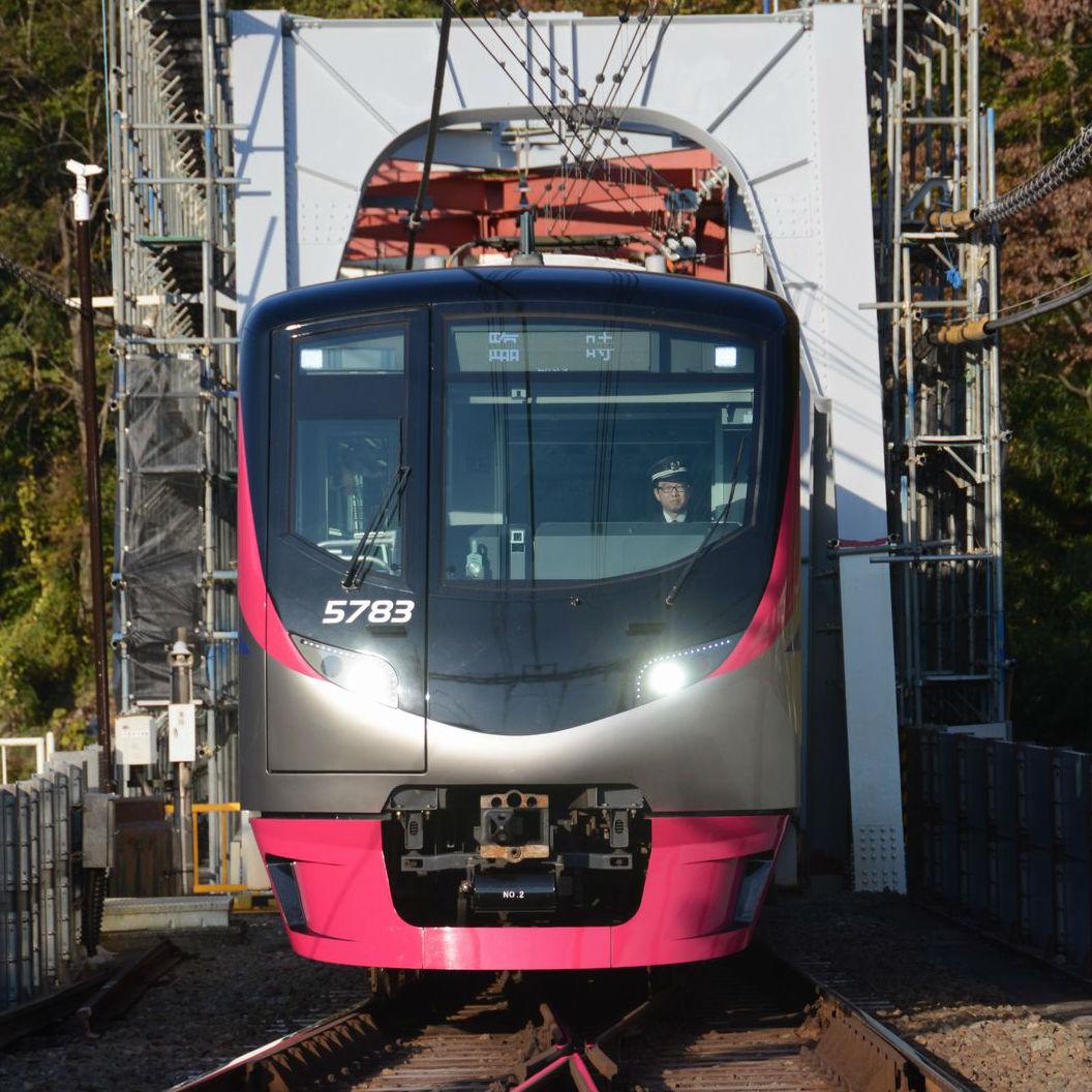 京王線の臨時座席指定列車「Mt.TAKAO号」で昼間の車窓を楽しむ