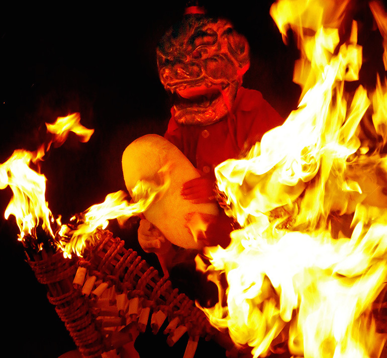 愛知県岡崎市「瀧山寺鬼まつり」<br />炎の中から現れる鬼。僧との約束を示す