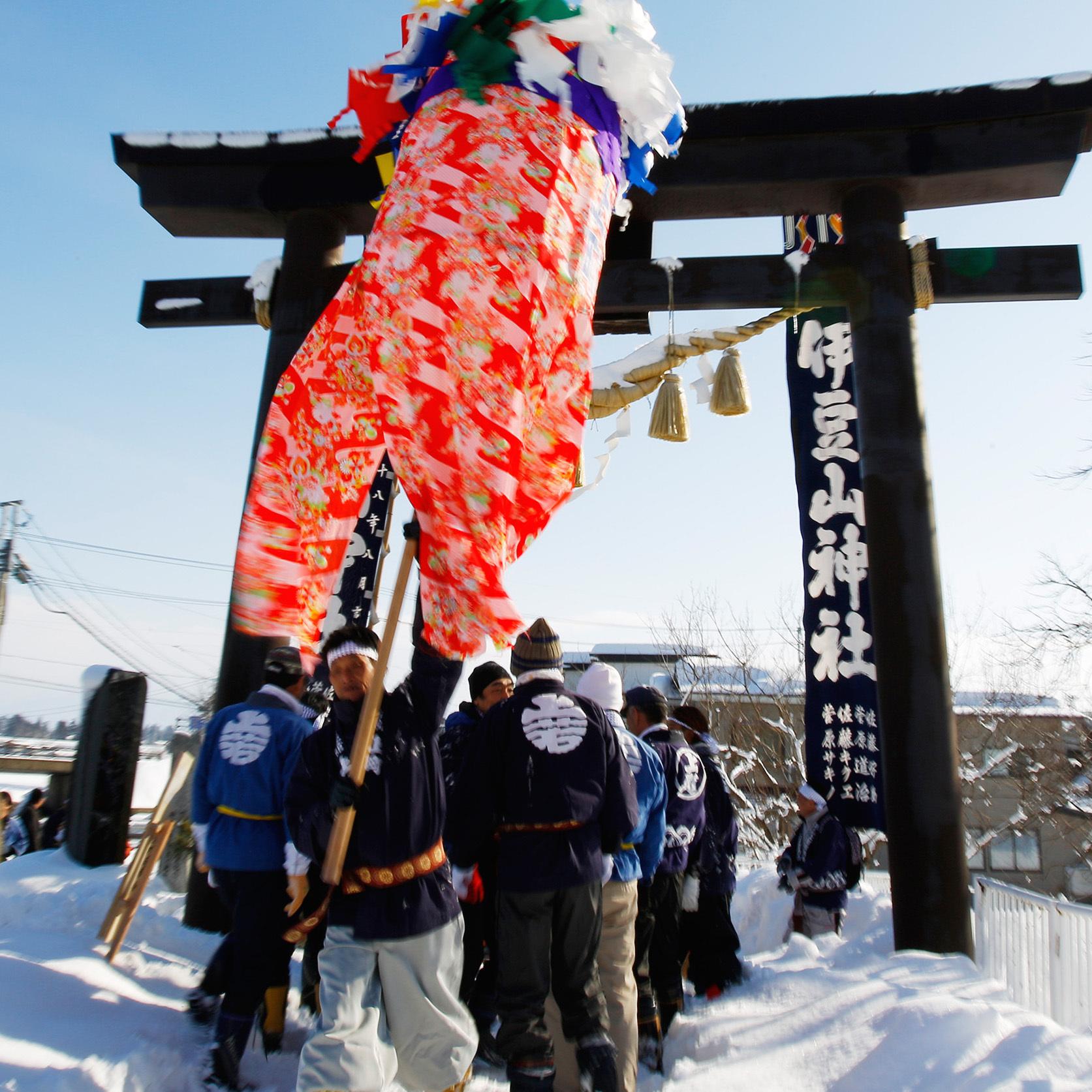 秋田県大仙市大曲町「川を渡るぼんでん」<br />ぼんでんに年の初めの願いを込めて