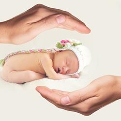 産後1カ月、指先から感じる我が子と若き母、父の愛情。皮膚の難病「魚鱗癬」の息子との宝物となる1枚の写真