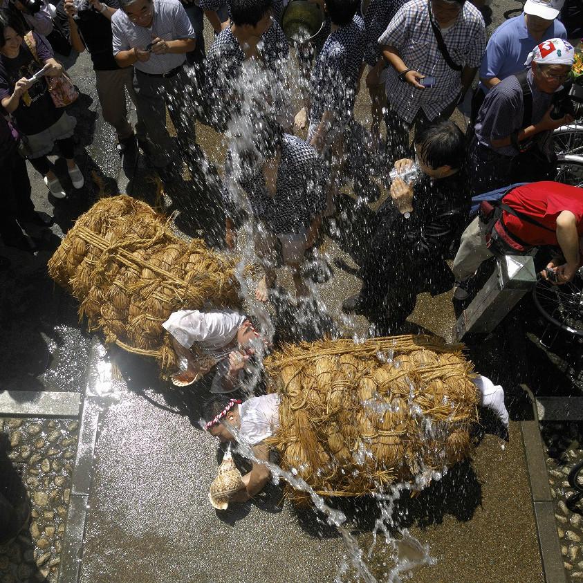 水をかけられながら法螺貝を吹き鳴らす!? 東京に本当にある変わったお祭り