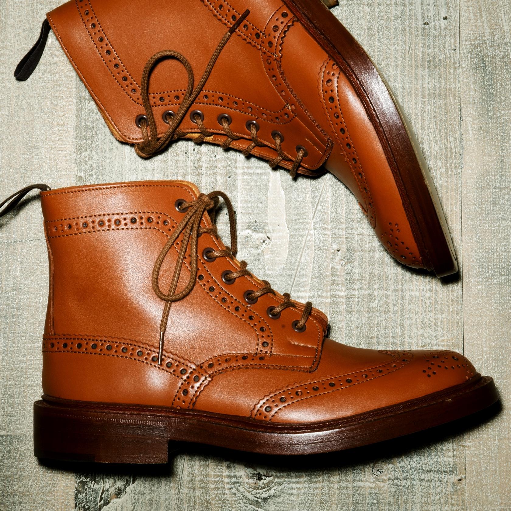 ハンドメイド・ベンチメイドで仕上げられた格式ある英国王室御用達の革靴といえば…
