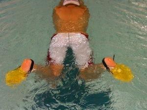 グッズを使った平泳ぎ習得