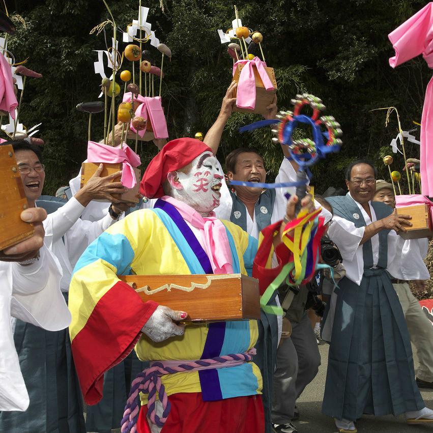 和歌山県の山奥、白塗りの不気味な男が「笑え笑え~」と囃し立てる謎の祭り