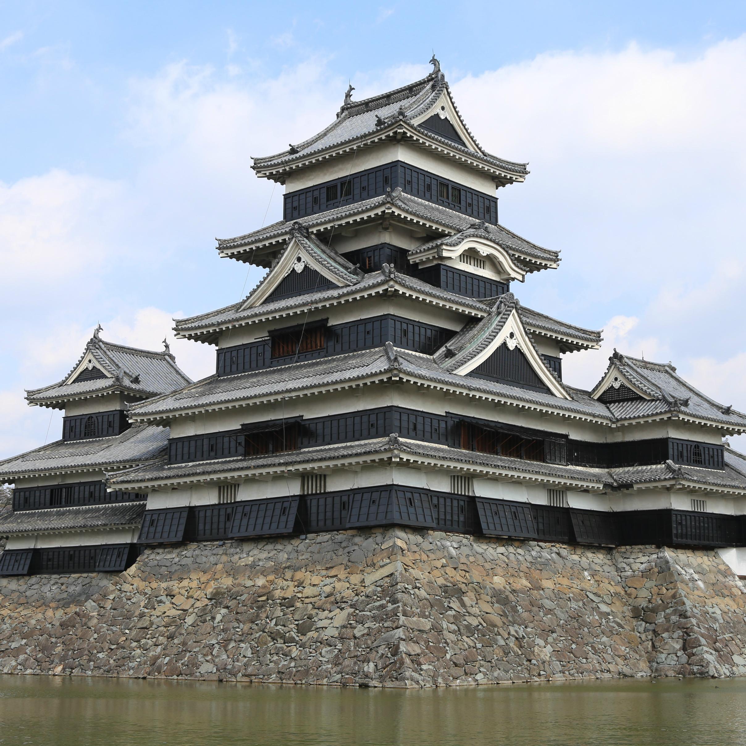 """日本最古の国宝の城にして""""烏城""""と呼ばれる漆黒の天守「松本城」"""