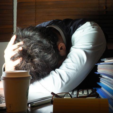 中学教員の6割近くが「過労死ライン」に達している現状――なぜ教員の残業は無制限なのか?