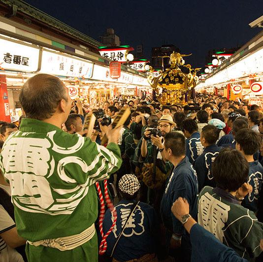 東京都台東区浅草「三社祭」<br />100基の江戸神輿が繰り広げる下町の祭典