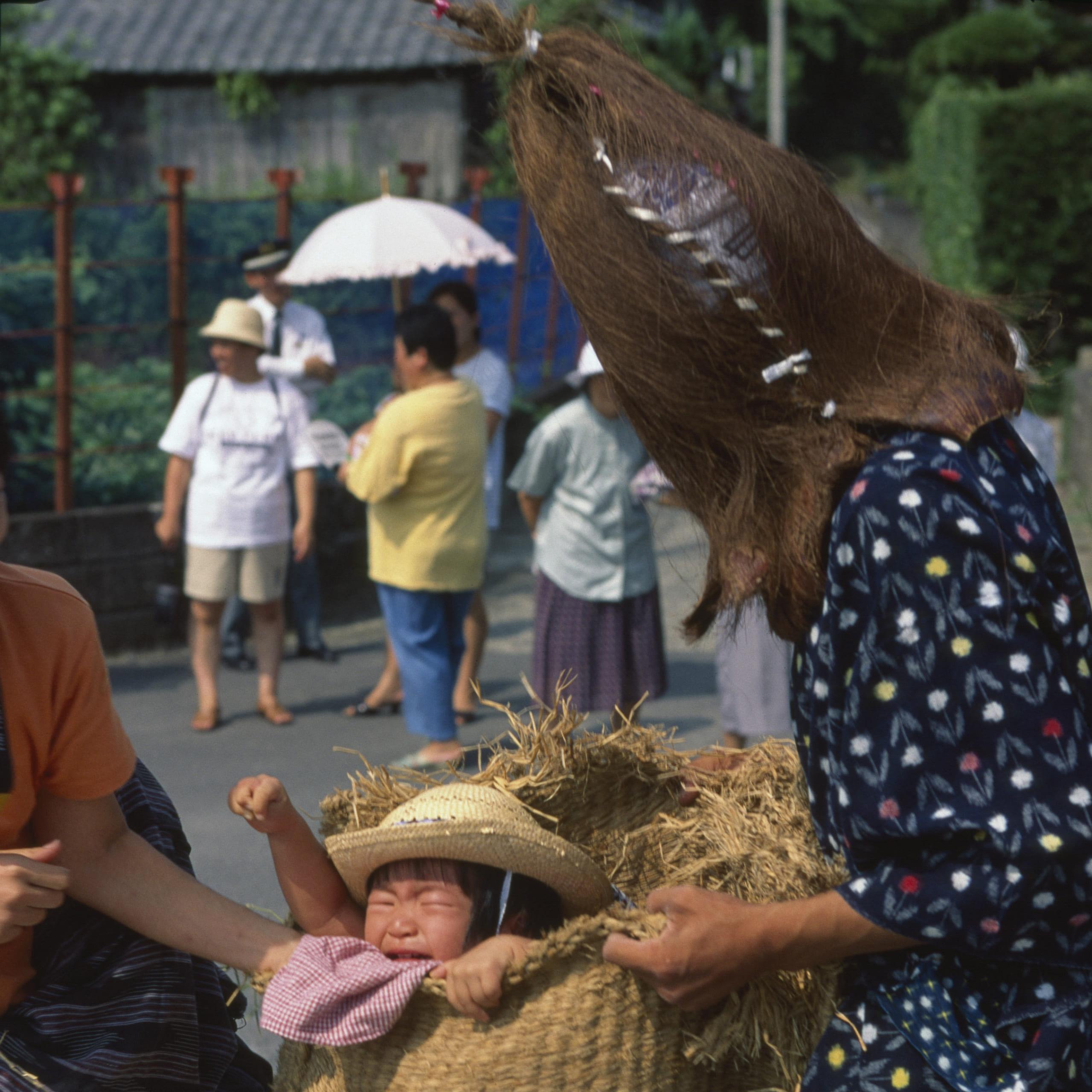 仮面をかぶった怪人が子供を捕獲しては袋の中に放り込む、鹿児島の奇祭