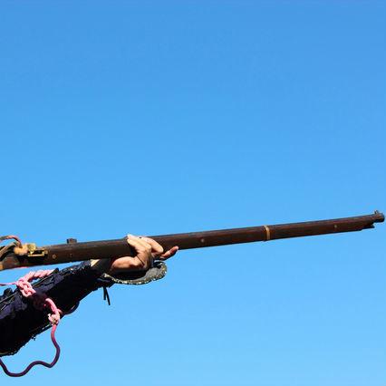 伝来したばかりの銃で撃たれた戦国の男たち
