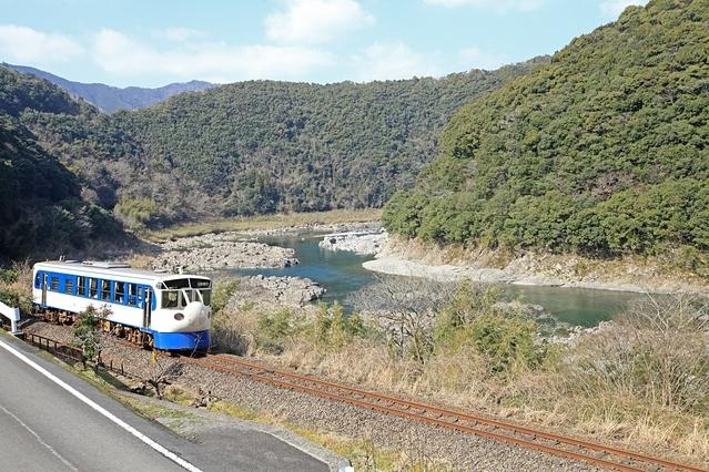 珍景? 一両編成の新幹線、町中を進む機関車
