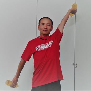 四十肩、五十肩にも効果あり! 水泳インストラクターが教える、肩関節の動きを滑らかにする「ペットボトルストレッチ」
