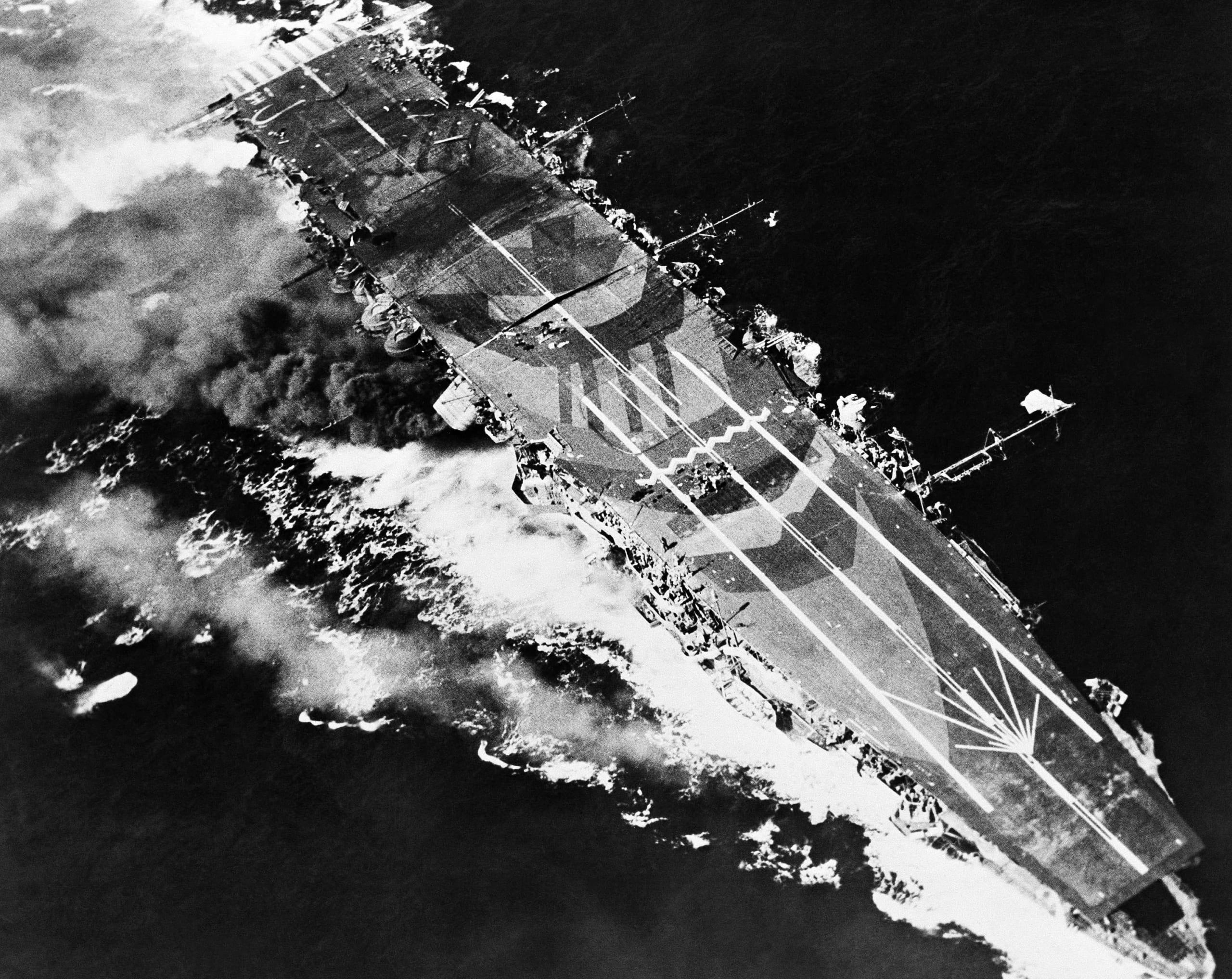 米軍機の猛攻にさらさる戦艦武蔵、シブヤン海に沈没 <br />