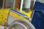 車いすを「前向き」に押した介護職員の過去