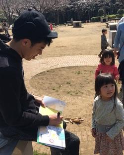 TVから消えた小島よしおの現在…公園を回り絵本読み聞かせの日々