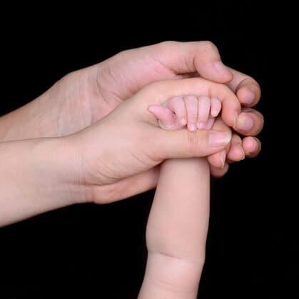 【難病・魚鱗癬】息子の外見をディスる声を聞いた若き母、心の叫びを声に出した瞬間「暗闇から手を伸ばそう!」と受け止める父