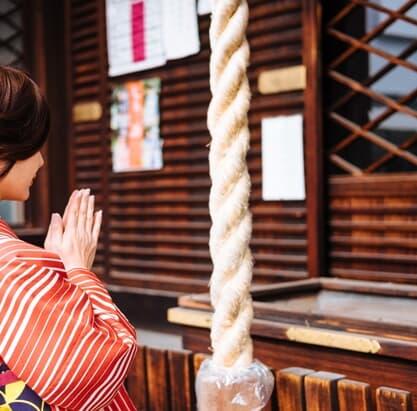 神社と寺院、お参り作法の違いとは? 参拝マナーの基本